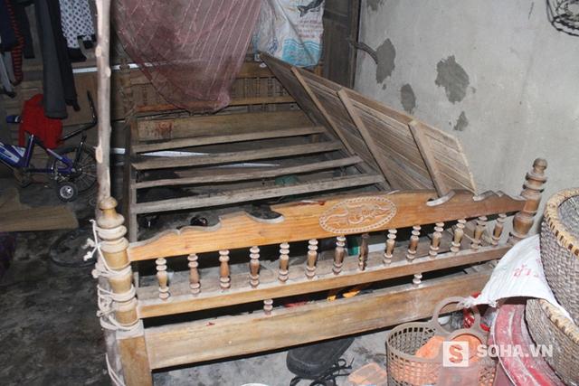 Chiếc giường nơi phát hiện thi thể 2 nạn nhân với nhiều vết đâm chém.