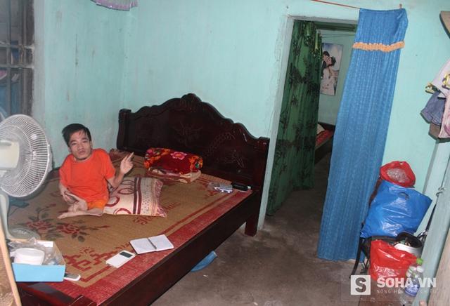 Căn nhà nhỏ bé 3 mẹ con chị Lâm đang ở chẳng có gì đáng giá ngoài những bộ bàn ghế cũ và những chiếc giường.