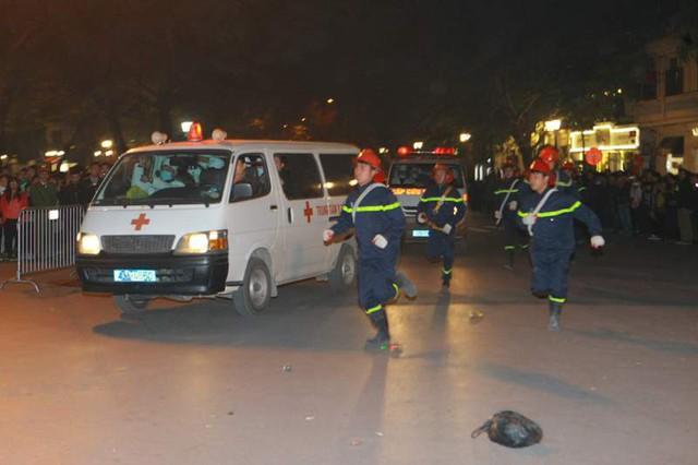 Lực lượng Cảnh sát phòng cháy chữa cháy khẩn trương dập tắt đám cháy. Lực lượng cứu hộ, cứu nạn, các y, bác sỹ, nhanh chóng có mặt tại hiện trường, di chuyển đến nơi có người bị nạn, sơ tán người bị thương ra khỏi khu vực nguy hiểm.