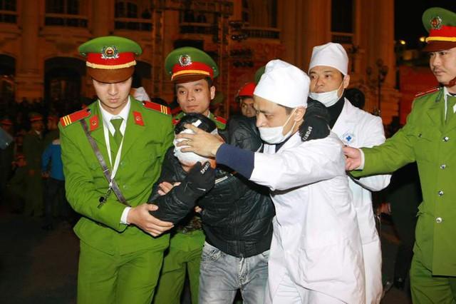 Ngay sau đó, lực lượng Công an Thành phố Hà Nội đã tiến hành phong tỏa hiện trường, khám nghiệm, lấy lời khai, xác định nguyên nhân của vụ việc.