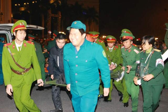 Ngay sau khi sự cố xảy ra, lực lượng chức năng gồm quân đội, công an, dân quân tự về, bảo vệ dân phố, nhanh chóng có mặt triển khai phương án xử lý tình huống khẩn cấp.