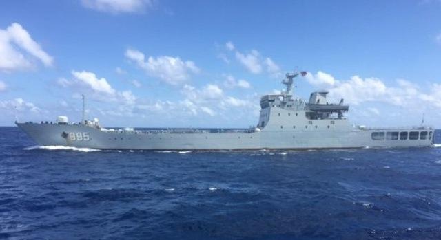 Tàu chiến 995 của Trung Quốc đang đe dọa tàu Hải Đăng 05 - Ảnh do thuyền viên tàu Hải Đăng 05 cung cấp (Tuổi trẻ).