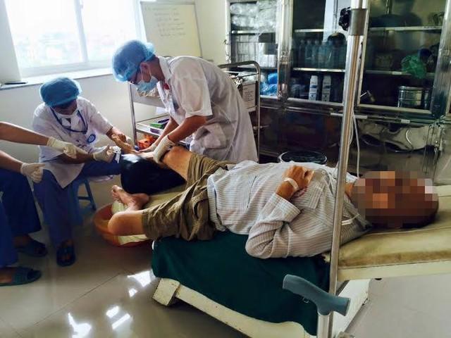 Bác sĩ làm thủ thuật cho bệnh nhân bị tiểu đường (Ảnh: Lệ Nam)