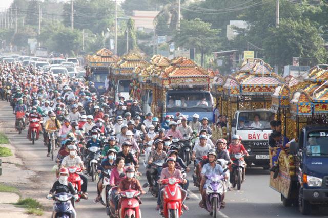 Trưa 11/7/2015, đoàn xe kéo dài hơn 1km đưa tiễn 6 nạn nhân trong vụ thảm sát thương tâm ở Bình Phước. Các nạn nhân được an táng tại Hoa viên nghĩa trang Bình Dương. Ảnh: Xuân An/Tuổi trẻ
