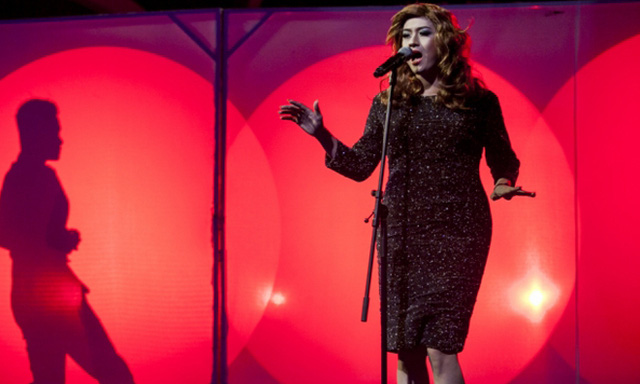 Chắc hẳn Adele cũng phải giật mình khi thấy một bản sao đặc biệt như thế này trên sân khấu.