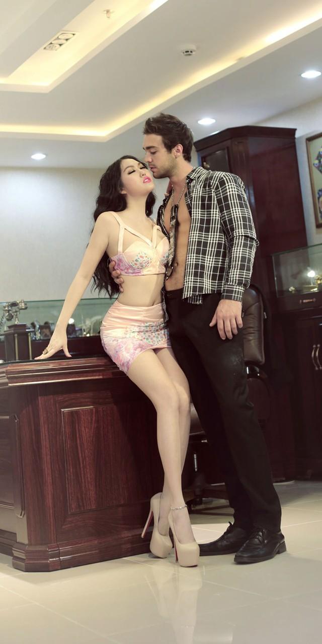 Trong những bộ ảnh thời trang, Phi Thanh Vân cũng thích khoe. Điều đáng nói là với sự lựa chọn này, người đẹp lại muốn công chúng nhìn nhận cô với hình ảnh doanh nhân thành đạt.
