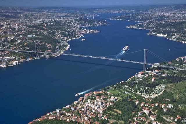 Cầu Bosphorus nối liền hai bờ Âu - Á bị chia cắt bởi eo biển