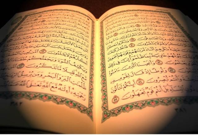 Kinh thánh Qran của Hồi giáo đặt hình ảnh của thánh Allah và tiên tri Mohammad lên vị trí linh thiêng nhất.