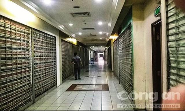 Bên trong Thuận Kiều Plaza cũng vắng lặng như phía ngoài nhếch nhác của nó. Các gian hàng đều đóng cửa, không có người. (Ảnh: Công An Tp.HCM)