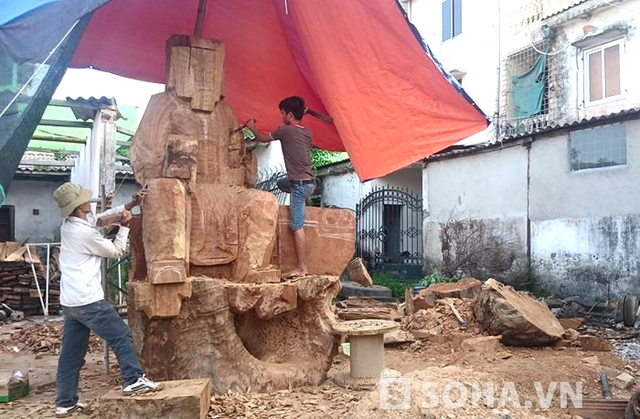 Anh Huy cho biết, mua gỗ thì dễ nhưng việc tìm thợ giỏi để về tạc tượng theo ý tưởng của mình là rất khó. Anh đã phải đi ra tận tỉnh Bắc Giang, Bắc Ninh để thuê những người thợ giỏi về tạc tượng.
