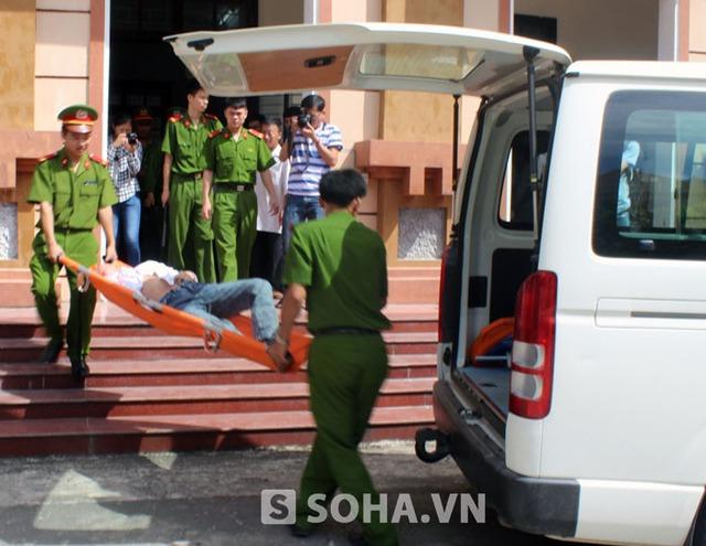 Sau khi bác sĩ trại giam kiểm tra, bị cáo đã được đưa lên xe cấp cứu đưa đi khỏi phiên tòa.