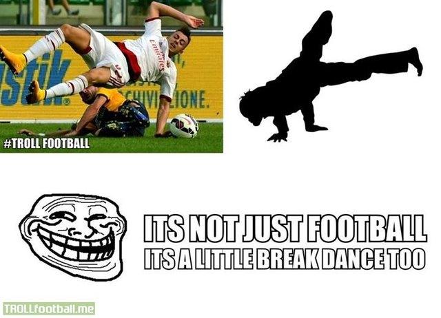 Không biết là đá bóng hay nhảy hip hop nữa đây