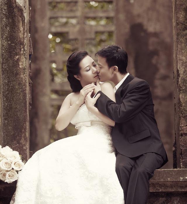 Cặp đôi dành cho nhau rất nhiều cử chỉ tình tứ. Trong ảnh, Chế phong dành cho vợ một nụ hôn môi nhẹ nhàng nhưng hết sức lãng mạn.