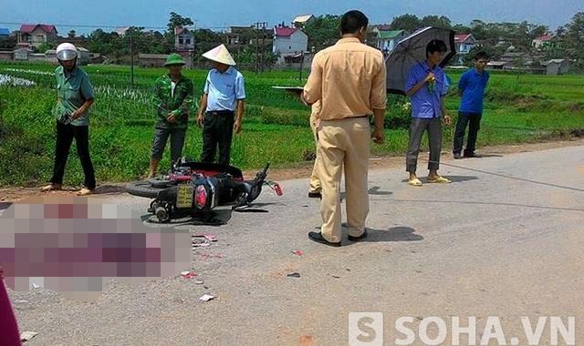 Theo người dân khu vực, vào khoảng thời gian trên, hai chiếc xe máy đi ngược chiều va vào nhau khiến 2 chị em đi xe máy mang BKS: 98 K4 - 77XX ngã và bắn vào xe container.