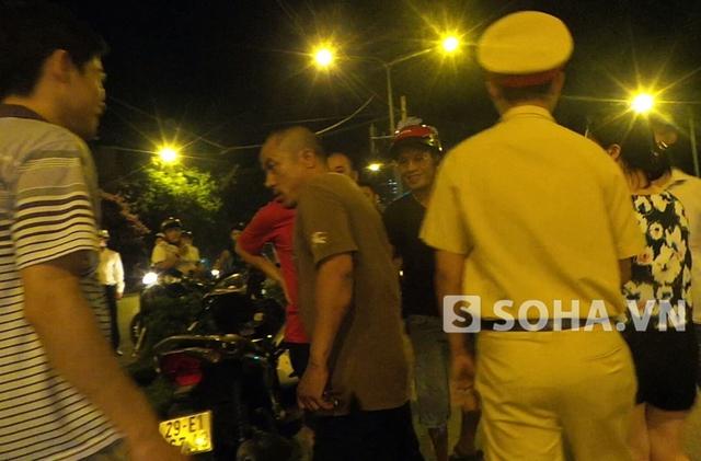Cảnh sát không quyết liệt can ngăn hành vi của người đàn ông (Ảnh cắt từ clip, sau khi hành hung PV, người này tiếp tục quay ra cốp xe máy lấy một vật nhọn và quay lại truy đuổi PV)