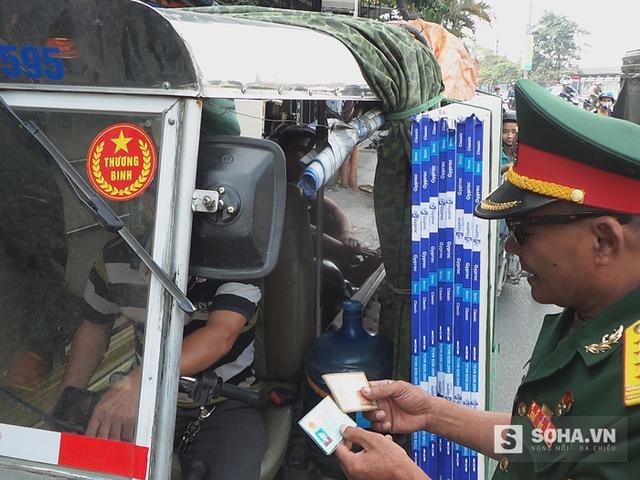 Đội thương binh tình nguyện đang kiểm tra giấy tờ một trường hợp nghi giả danh thương binh để hành nghề vận tải xe ba bánh.