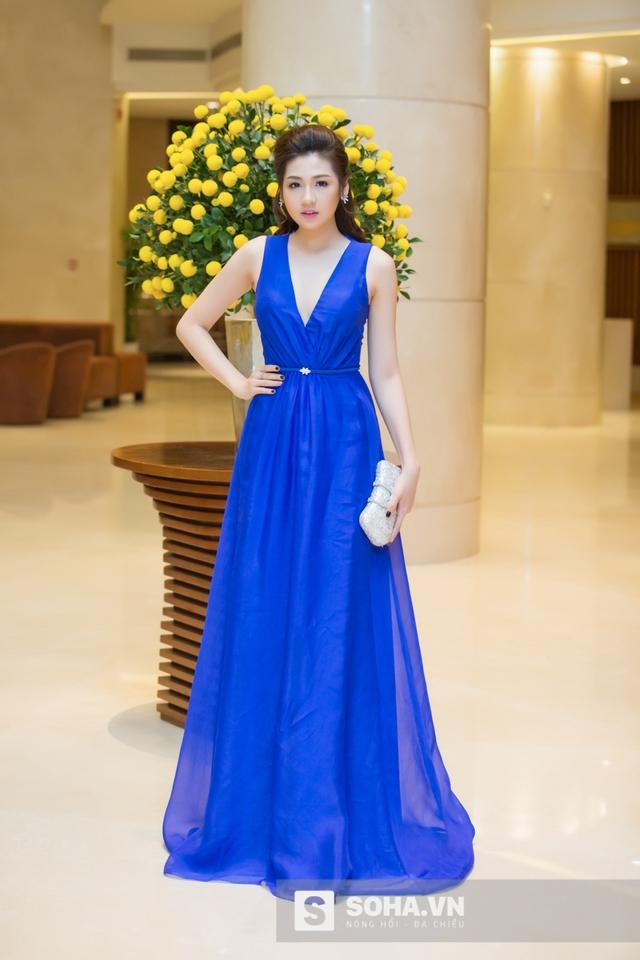 Xuất hiện tại sự kiện với chiếc váy xanh khoét sâu cổ, Á hậu Tú Anh tự tin khoe thân hình đồng hồ cát gợi cảm.