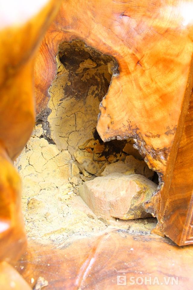 Ở phía bên thân tượng còn có một hộc cây đã ôm lấy hòn đá lâu năm. Cho rằng đây là mộc ngậm thạch rất đặc biệt nên anh Huy và những người thợ quyết tâm giữ lại nguyên bản mà không xử lý.