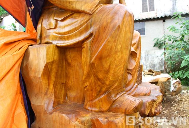 Mọi chi tiết bức tượng đều được tạc rất sắc sảo, đẹp.