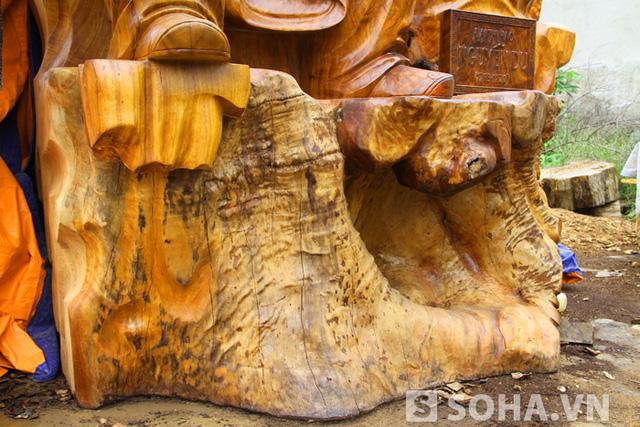 Sau khi hoàn thành, tượng có chiều cao 3,02m (tính cả đế), đường kính phần lớn nhất là 2m. Đây được xem là pho tượng cụ Nguyễn Du bằng gỗ gù hương khủng ở Việt Nam.