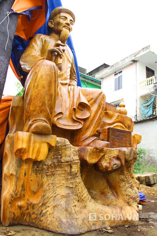 Anh huy cho biết, anh phải thuê rất nhiều tốp thợ với mỗi tốp 2 người để làm từng công đoạn một như cắt gỗ, tạc thô. Còn tạc chính và hoàn thành thì chỉ duy nhất một nghệ nhân tại tỉnh Bắc Giang đảm nhiệm.