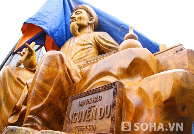 Ở phía cạnh bên tượng là tấm biển khắc tên và năm sinh năm mất của cụ Nguyễn Du.
