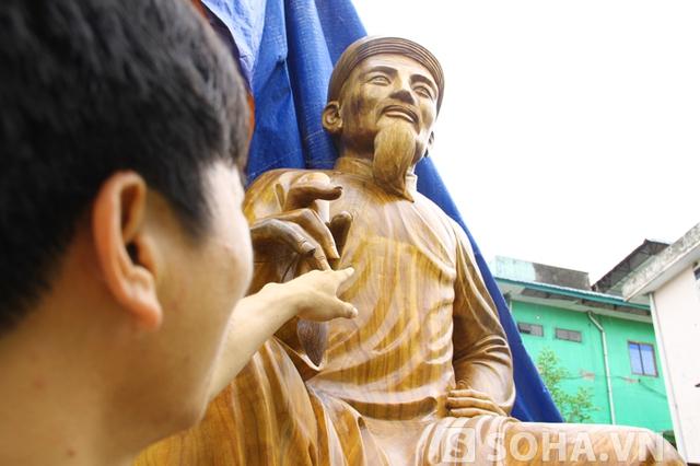 """Anh Huy cho biết, tượng sẽ được trưng bày trong dịp """"Lễ kỷ niệm 250 năm (1765 - 2015) ngày sinh và vinh danh Danh nhân văn hóa thế giới Đại thi hào Nguyễn Du"""" được tổ chức vào tháng 11 tới đây."""