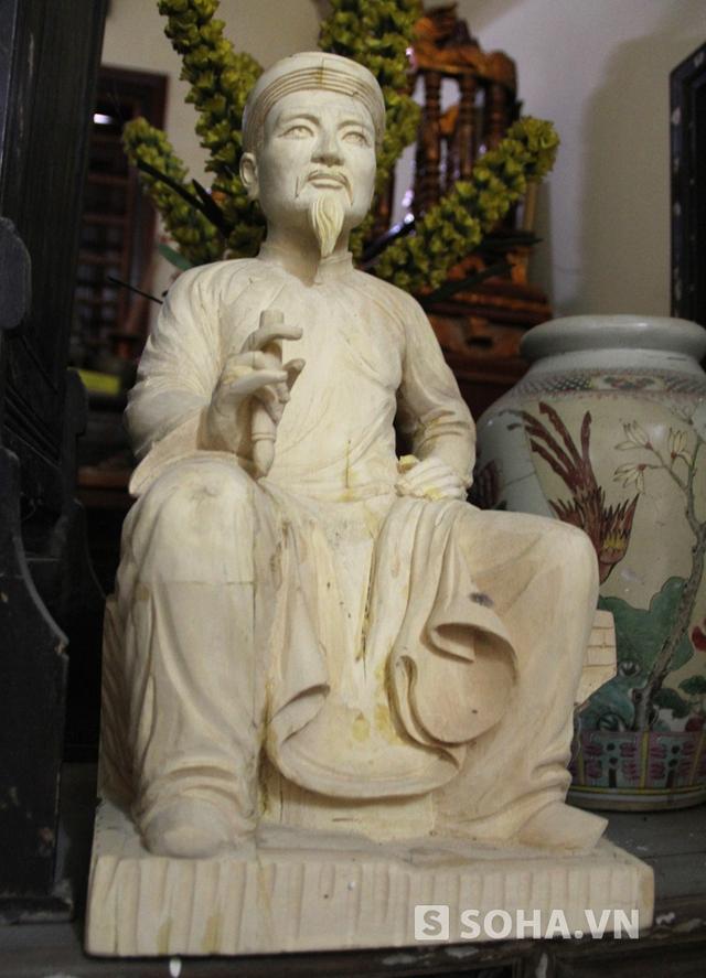 Vốn mến mộ cụ Nguyễn Du từ thuở bé, nên khi mua được khúc gỗ quý, anh Huy liền lên ý định tạc tượng cụ Nguyễn Du để thỏa chí đam mê. Trong ảnh là bản thảo của bức tượng.