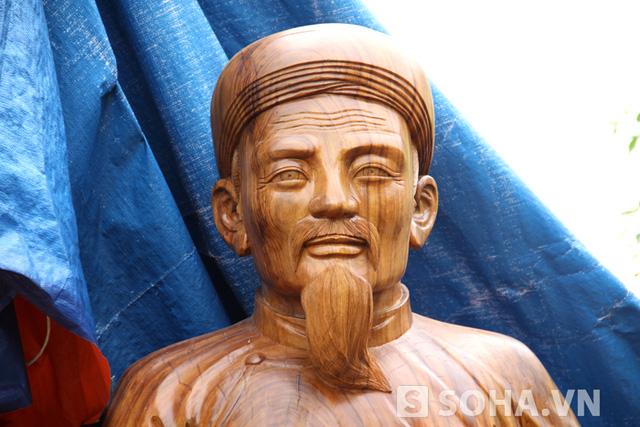 Khuôn mặt cụ Nguyễn Du được tạc rất đẹp và giống y nguyên với những mẫu tượng về cụ trước đó.