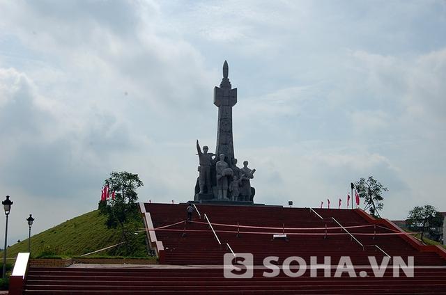 Bức tượng đài Chiến thắng trị giá 25 tỷ đồng tại TX Đông Triều đã được chăng dây để sửa chữa