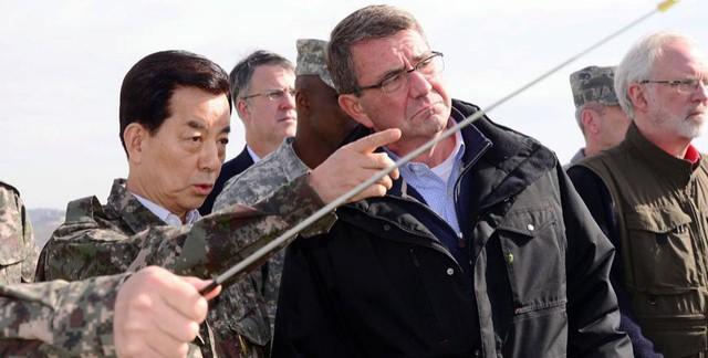 Ông Han (chỉ tay) và ông Carter (áo đen) thị sát tại một đài quan sát dọc biên giới hai miền Triều Tiên. Ảnh: Reuters