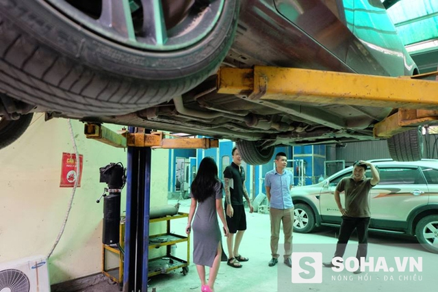 Anh Vượng cùng vợ đưa xe ô tô đến gara để kiểm tra