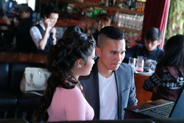 Mặc dù xuất hiện với tư cách khách mời của buổi họp báo, Tú Dưa vui vẻ giúp nữ ca sĩ chuẩn bị hậu kỳ cho việc giới thiệu MV.