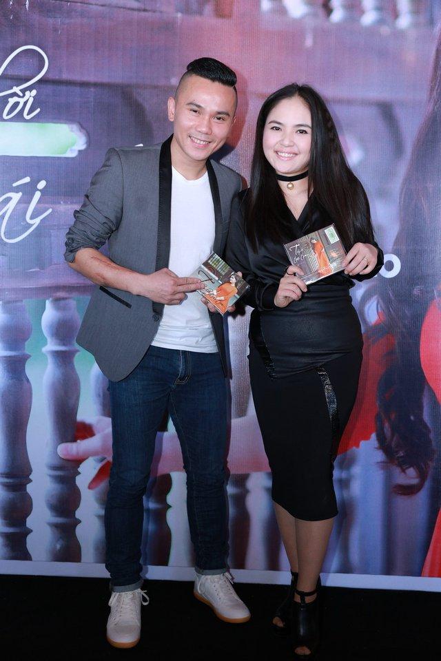 Chiều 2/2/2016, Tú Dưa cùng bà xã Lam Trang giản dị xuất hiện trong buổi họp báo ra mắt DVD Thay lời muốn nói của nữ ca sĩ Sông Thao.