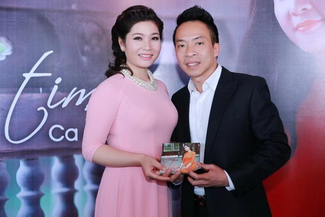 Ca sĩ Việt Hoàn cũng có mặt tại buổi họp báo. Anh rất thích thú với sản phẩm âm nhạc mới của Sông Thao.