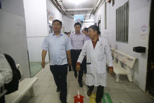 Bí thư Đinh La Thăng thăm BV Chấn thương chỉnh hình. Ảnh Linh Hoàng.