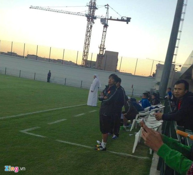 HLV Miura chỉ đạo các học trò chơi phòng ngự chặt chẽ (Ảnh: Zing.vn).