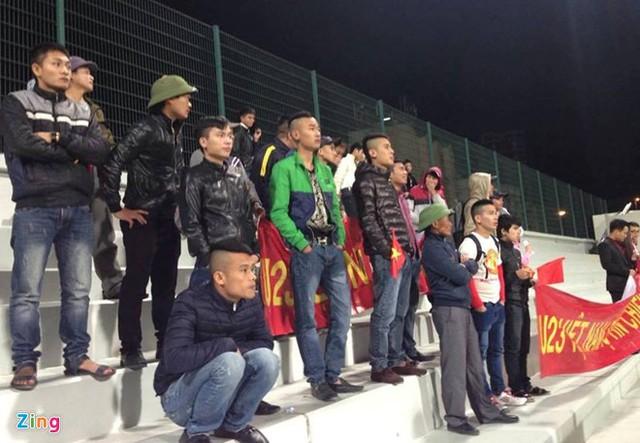Có khoảng 50 CĐV Việt Nam đến sân cổ vũ U23 của ông Miura (Ảnh: Zing.vn).
