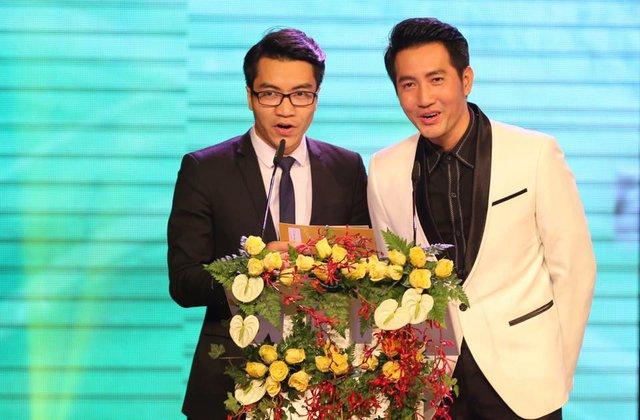 Bá Phú và nam ca sĩ Phi Hùng trong Gala QBV Việt Nam 2015.
