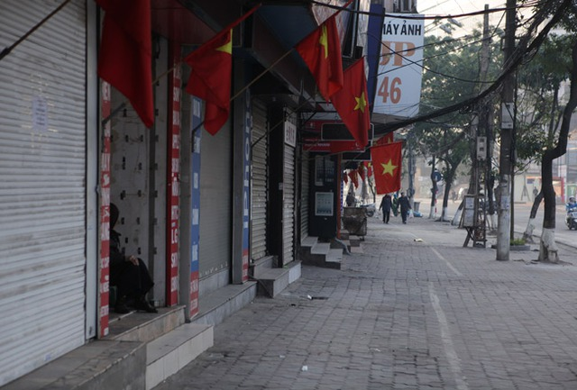 Các tuyến kinh doanh sầm uất nhất Thủ đô, ngày hôm nay, nhiều cửa hàng đã đóng cửa từ sớm (Ảnh: Dân Việt)