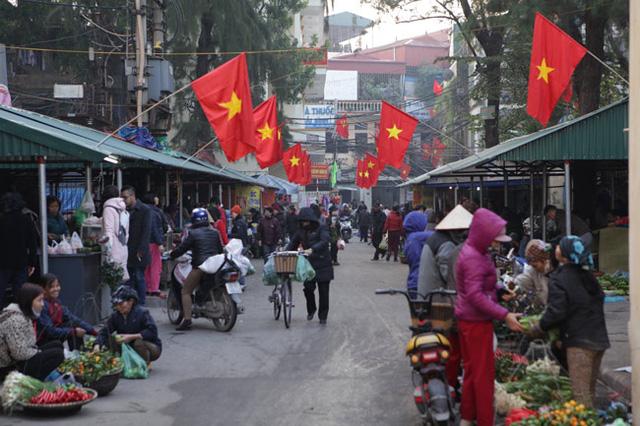 Chỉ có các khu chợ là đông đúc, mọi người đi mua sắm về làm cơm cúng ông bà tổ tiên trong ngày cuối cùng của năm (Ảnh: Dân việt)