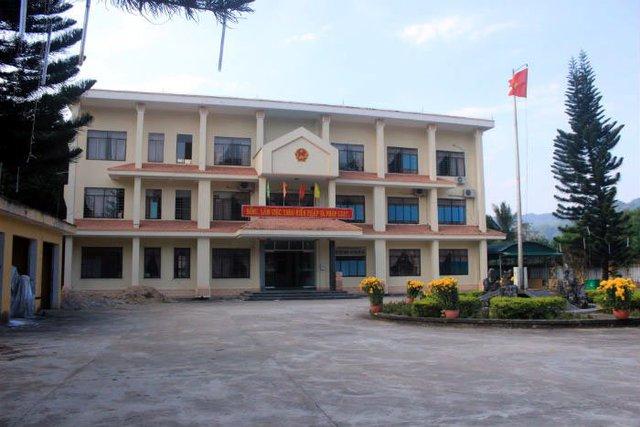 Chưa đầy 16h chiều, trụ sở UBND huyện miền núi Sơn Tây (Quảng Ngãi) đã cửa đóng then cài, không còn cán bộ nào làm việc.