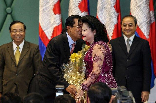 Ông Hun Sen và vợ, bà Bun Rany, trong sự kiện mừng ngày 8/3 tại văn phòng Thủ tướng Campuchia. Ảnh: Cambodia Daily