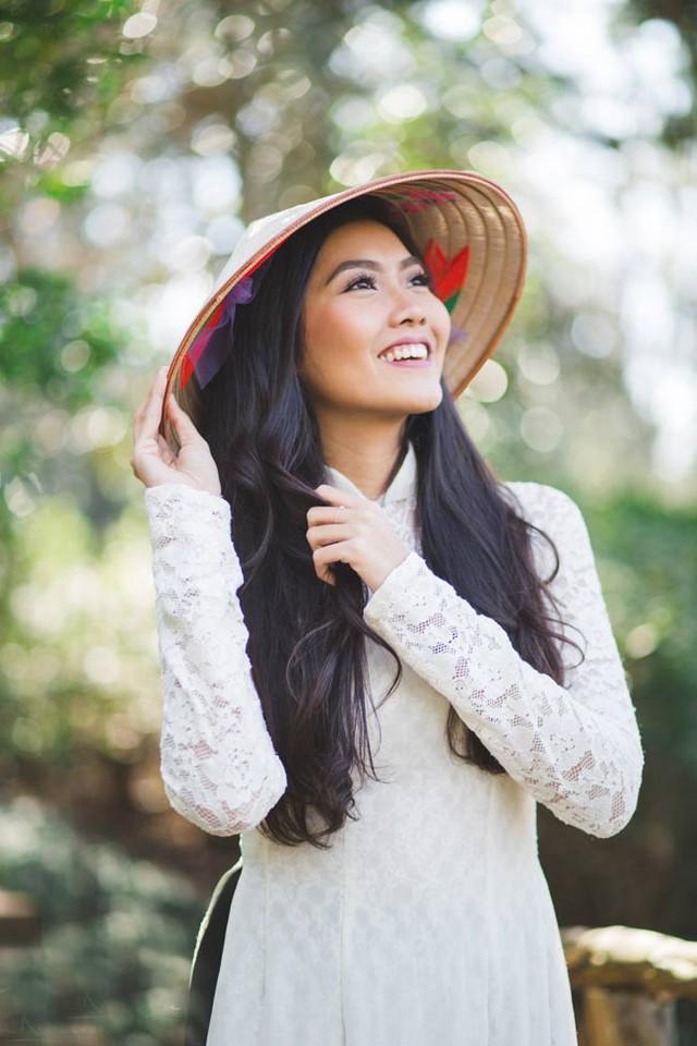 Nam Phương chia sẻ, cô rất tự hào khi được khoác lên mình tấm áo dài dân tộc bởi nó mang vẻ đẹp văn hóa của đất nước, tôn vinh nhan sắc của phụ nữ Việt.