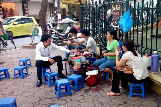 Những quán đà trá vỉa hè gần như đã trở thành hình ảnh quen thuộc với người dân Hà Nội. Ít ai biết, những quán trà đá nhìn bình thường nhưng lại có khả năng kiếm tiền siêu hơn cả nhân viên kinh doanh chuyên nghiệp. Ảnh: Internet.