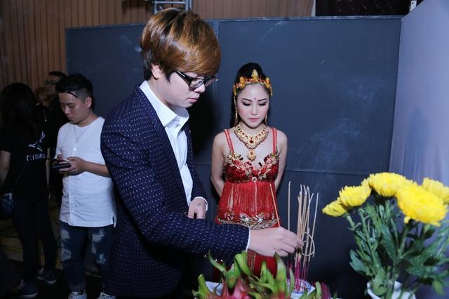 Không chỉ chụp hình kỉ niệm, Bùi Anh Tuấn còn đích thân hộ tống Hương Tràm đến thắp hương tại bàn thờ Tổ nghề với hi vọng mọi điều tốt đẹp nhất sẽ đến với bạn gái cũ trong đêm thi đầy kịch tính.