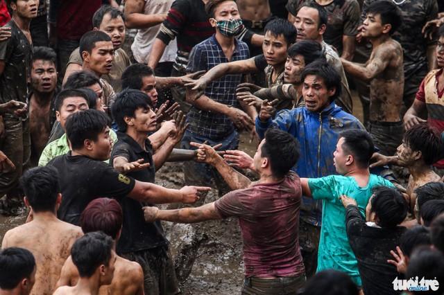 Mặc dù quả phết đã được mang đi nơi khác nhưng cảnh xô xát giữa các nhóm thanh niên vẫn còn tiếp diễn - Ảnh: Nguyễn Khánh