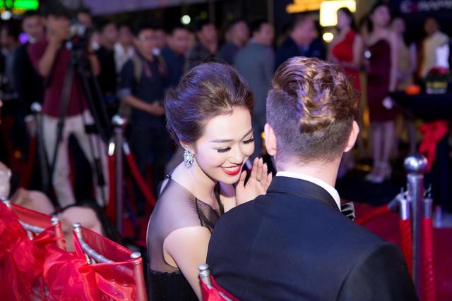 Chia sẻ trong lần xuất hiện này, Khánh My cho biết thời gian qua cô rất bận rộn để chuẩn bị cho Bước nhảy hoàn vũ và một vài dự án phim sắp được ra mắt.
