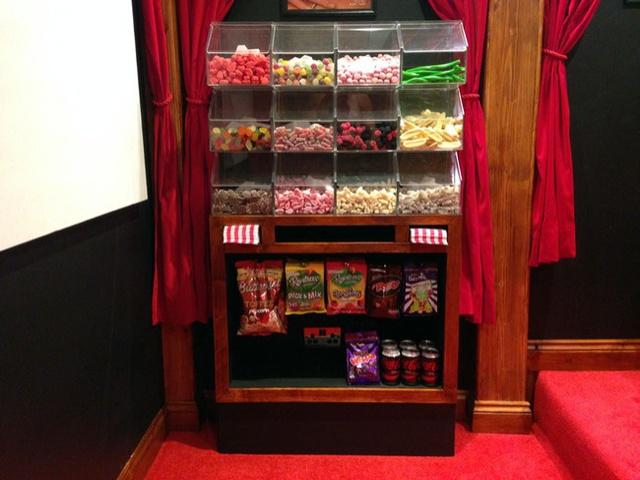 Rạp chiếu phim đặc biệt này phục vụ cả bỏng ngô hay kẹo bánh như bình thường.
