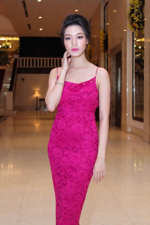 Hoa hậu Việt Nam 2008 Thùy Dung khoe vóc dáng thon gọn với đầm bó sát.